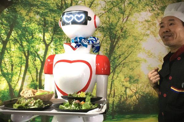 Le robot serveur de Marly et son heureux propriétaire