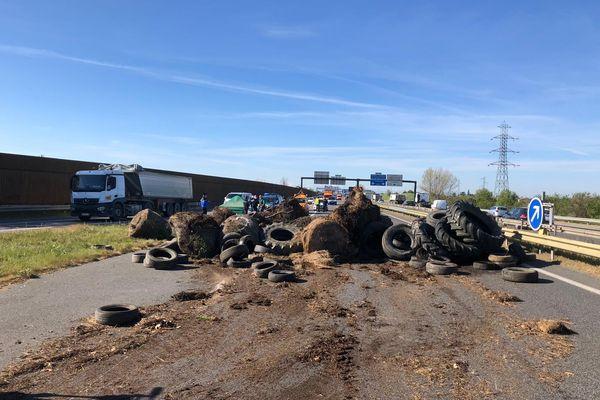 Les agriculteurs de la Haute-Garonne déversent du fumier et des pneus sur les axes autoroutiers du département.