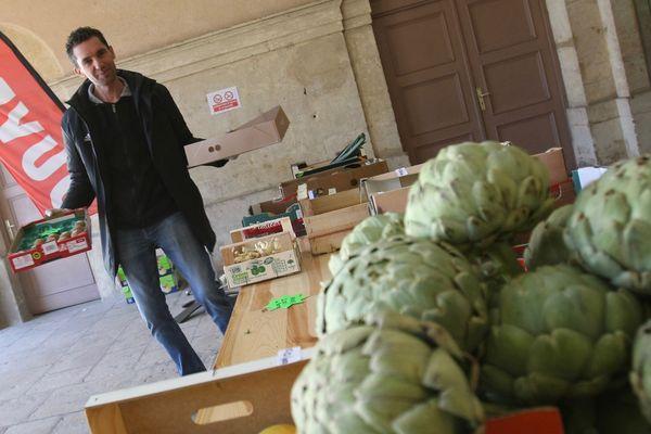 Le gérant de l'épicerie de Gorze, en Moselle, a modifié sa terrasse pour la transformer en petit marché.