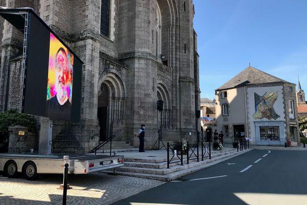 Un écran géant a été installé devant la basilique de Saint-Laurent-sur-Sèvre en Vendée pour les obsèques du père Maire