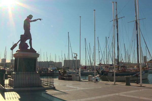 La statue de Cuverville domine le carré du port de Toulon
