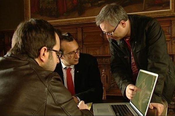 Aurélien Ibanez (à gauche) et François Desperrier (à droite), les réalisateurs du film avec Arnaud Orsel (au centre) porte-parole de la Confrérie des Chevaliers du tastevin