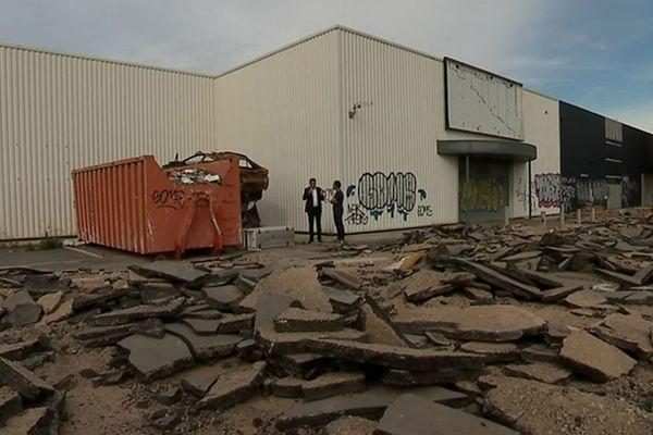 Pérols (Hérault) - le maire a détruit le bitume du parking pour empêcher les caravanes de s'installer sur le site - 21 juin 2019.