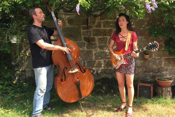 Antonin Volson, à la contrebasse, et Faustine Audebert, au chant et la guitare électrique, explorent la poésie et l'harmonie des chants populaires de Haute-Bretagne.
