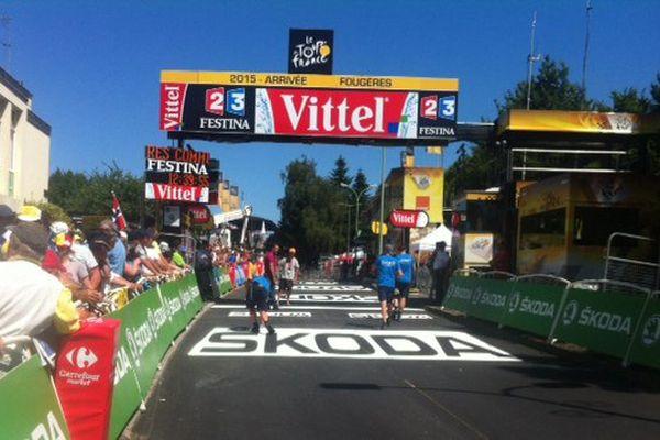 La ligne d'arrivée du Tour de France à Fougères attend les cyclistes. Les spectateurs entendront alors la voix de Damien résonner et annoncer les résultats
