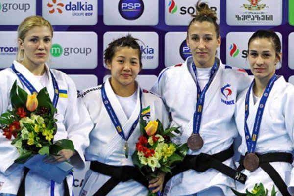 Mélanie Clément (3ème en partant de la gauche) peut savourer sa médaille de bronze.