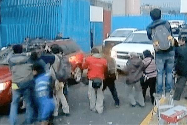 La sortie de Florence Cassez de la prison de Tepepan. Les journalistes sont attirés par la première voiture mais selon nos sources, pour des questions de sécurité, Florence Cassez est dans la seconde.