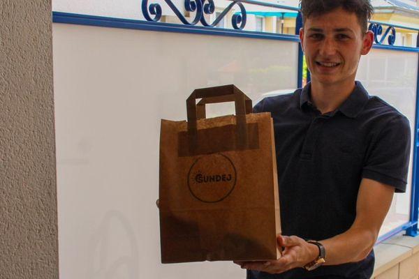 Valentin Delabarre, jeune footballeur spinalien de 19 ans qui a créé un service de livraison de petits-déjeuners à Nancy.