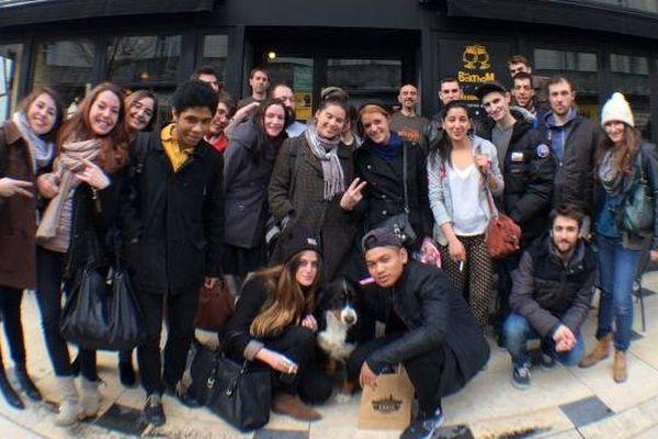 """Les """"acteurs"""" de """"We are happy from Tours"""" devant le bar Les BerThom"""