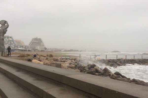 A la Grande-Motte, quelques courageux sont venus admirer les vagues ce 11 décembre