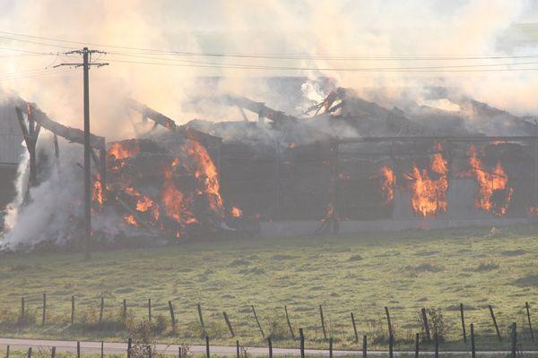 Le hangar détruit par les flammes ce matin à Bolandoz dans le Doubs