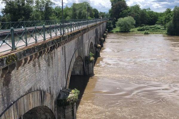 La Loire en crue, sous le pont-canal de Digoin