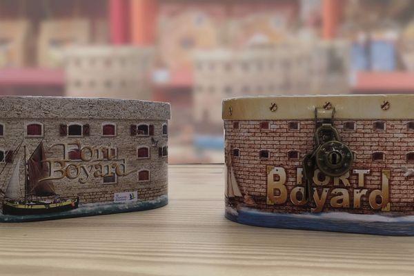 Les deux boîtes de galettes charentaises à l'effigie du Fort Boyard se ressemblent beaucoup.