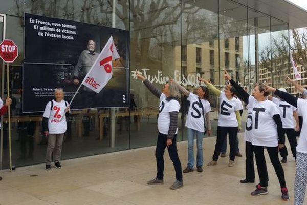 Attac se bat encore contre l'évasion fiscale. Cible de ce samedi : la boutique Apple d'Aix-en-Provence