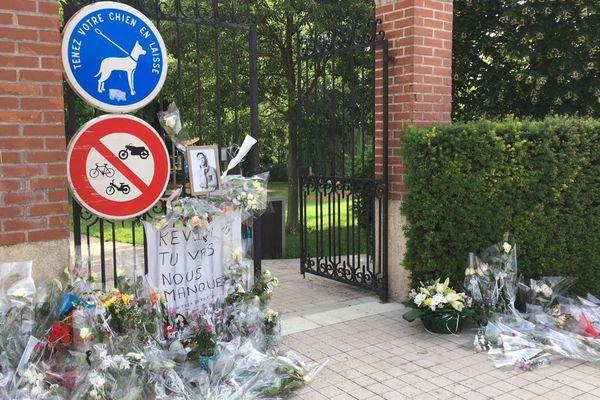 L'entrée du parc du Bois des Soeurs, à Mourmelon-le-Grand (Marne), lieu où Kévin a trouvé la mort samedi 2 juin 2018, a été fleurie par ses proches et des anonymes.