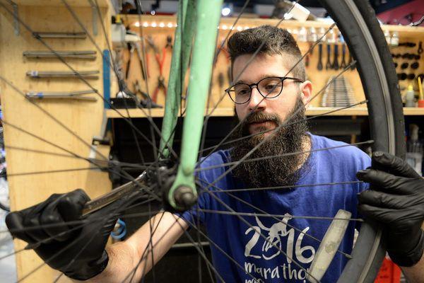 L'Etat a prévu une aide de 50 euros pour réparer son vélo.