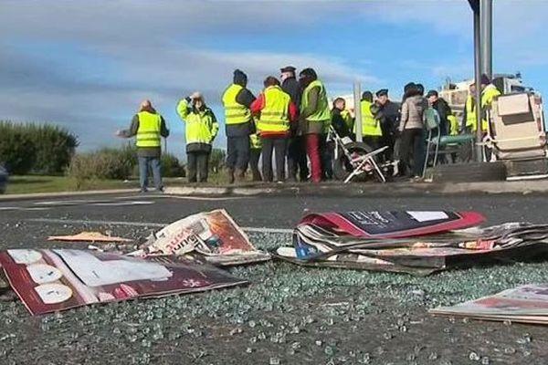 Dans la nuit de mardi à mercredi, gilets jaunes et forces de l'ordre se sont affrontés à Villeneuve-lès-Béziers, au niveau du rond-point de la Méridienne. Bilan : 3 policiers blessés et 3 personnes interpellées. Ce mercredi matin, le calme est revenu.
