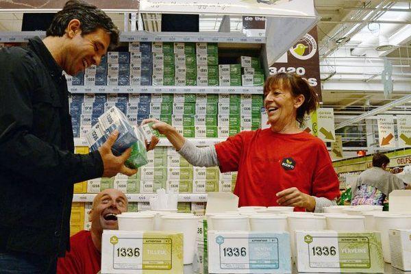 """Un client découvre la nouvelle production """"1336"""" dans un supermarché d'Aubagne, le 25 septembre 2015."""