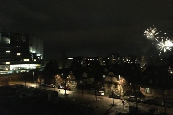 Des tirs de feux d'artifice, la nuit du 31 décembre 2020, au-dessus du quartier Wacken à Strasbourg.