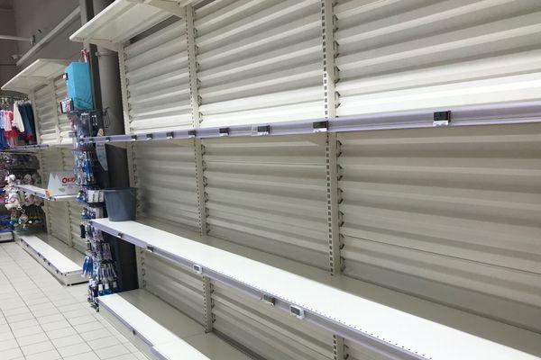 Des rayons entiers ont été dépouillés dans certains supermarchés.