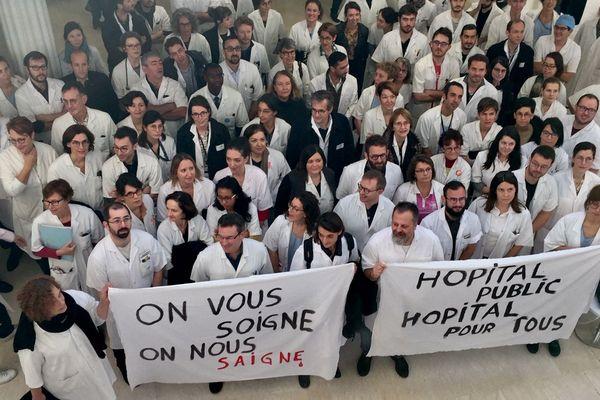Des médecins un grève au centre hospitalier du Mans le 14 novembre 2019