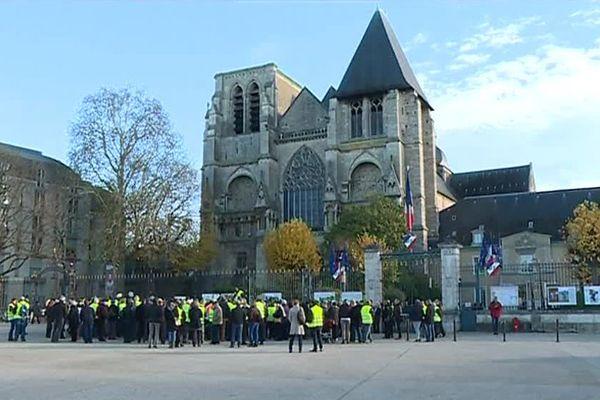 Mobilisation contre les nuisances sonores de la ligne LGV Paris-Rennes, le samedi 25 novembre 2017 au Mans