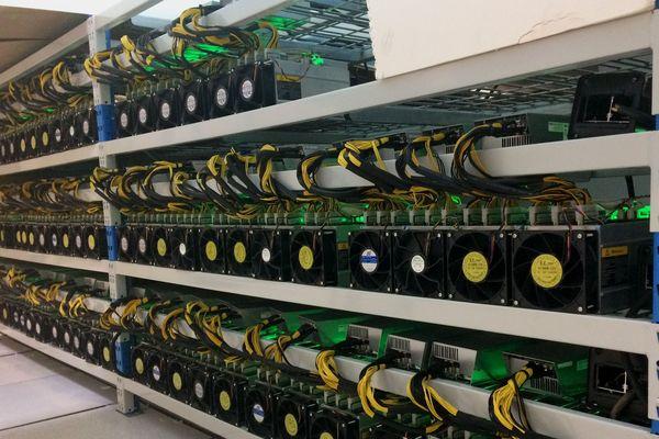 Le bitcoin est généré par des ordinateurs. Le principe : des machines calculent pour valider les transactions de la blockchain, une sorte de grand livre de compte.