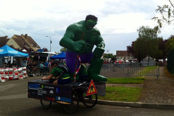 """Depuis 1987, des coureurs montés sur des vélos """"déjantés"""" traversent le quartier Saint-Jacques, à Beaune."""