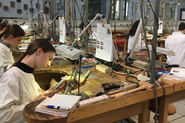 Le lycée professionnel Jean Guéhenno a ouvert une section bijouterie dans les années 70 pour répondre à la demande des entreprises de bijouterie locales.