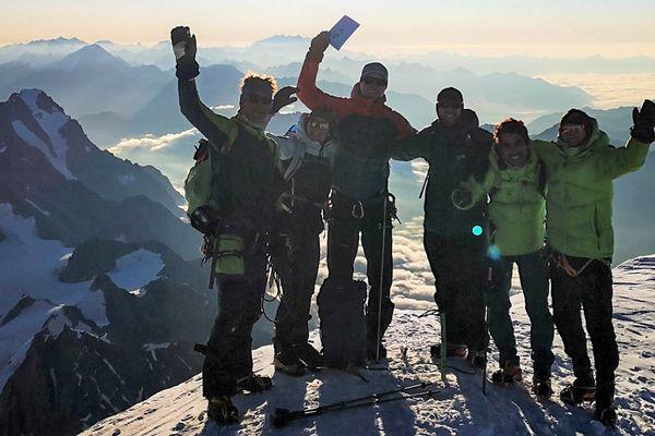 Le livret climatique brandi au sommet du mont Blanc, tout un symbole.