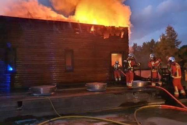Le feu s'est vite propagé au bardage en bois recouvrant le hangar.