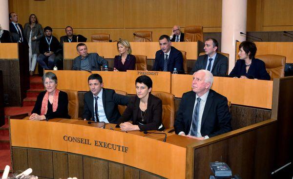 Fabienne Giovannini, membre du Conseil exécutif présidé par Gilles Simeoni en décembre 2015 (au centre, au premier rang)
