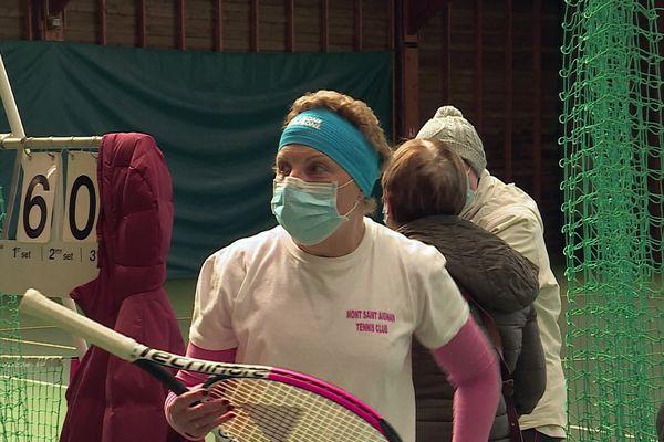 Yannick, qui souffre de son deuxième cancer du sein en 20 ans, découvre les bienfaits thérapeutiques du tennis.