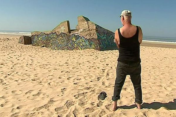 L'artiste allemand Bernd Stöcker sur la plage de Naujac-sur-Mer en Gironde où il a découvert il y a une quarantaine d'années les blockhaus érigés par les nazis pour former le Mur de l'Atlantque.
