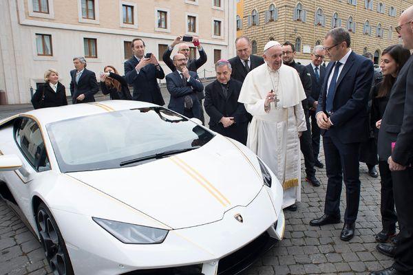 le Pape François et sa  Lamborghini Huracán lors d'une cérémonie au Vatican en novembre 2017.