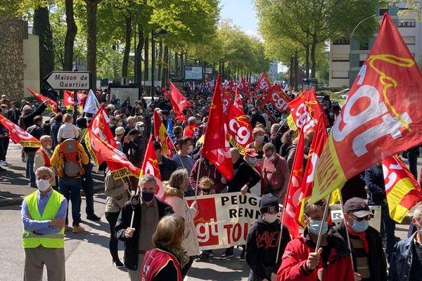 2 000 personnes rassemblées à Rennes pour ce défilé du 1er mai. Au centre-ville, les syndicats ont préféré, cette année, diriger le cortège vers le quartier populaire de Villejean.