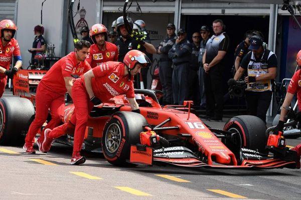 Charles Leclerc à bord de sa monoplace au stand Ferrari.
