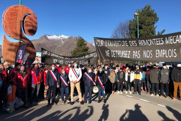 Commerçants, moniteurs de ski, élus..., près de 300 personnes ont manifesté ce lundi 30 novembre 2020 au 2 Alpes pour l'ouverture des remontées mécaniques à Noël.