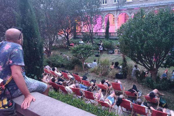 Paris l'été se déroule principalement au lycée Jacques Decour (IXe arrondissement), jusqu'au dimanche 2 août.