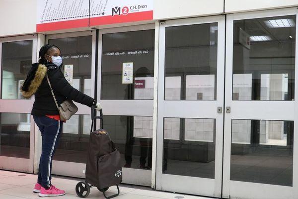 Une passagère porte un masque en attendant le métro à Lille.