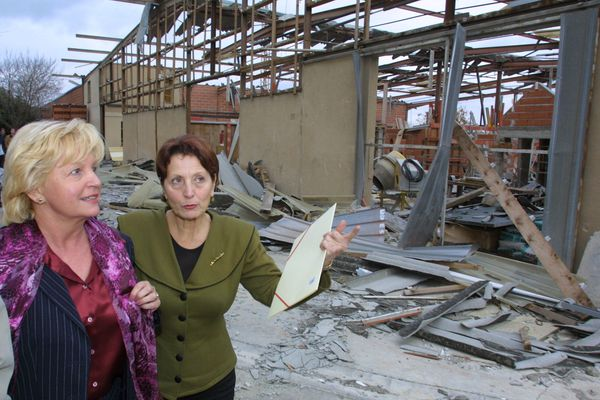 Yvette Benayoun Nakache (à droite), était députée et conseillère municipale lors de la catastrophe d'AZF. Le 6 décembre 2001, elle accompagne la visite de Nicole Pery, alors secrétaire d'état à la formation professionnelle sur le site de l'A.F.P.A détruit par l'explosion.