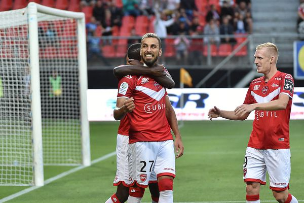 Medhy Guezoui, célébrant ici avec Valenciennes son but face à la Berrichonne le 10 août 2018, portera les couleurs du FC Chambly jusque 2022.