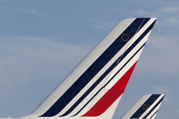 """Le bras de fer entre Air France et ses pilotes s'est poursuivi mercredi et la grève, que le Premier ministre demande """"d'arrêter"""", ne semblait pas près de s'essouffler, avec encore seulement quatre avions sur dix prévus jeudi."""
