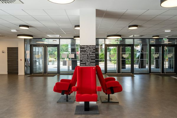 De grands noms du cinéma sont présents dans le hall d'accueil du Cinéma Le Palace.