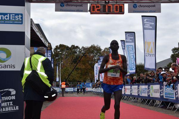 L'arrivée de Ronny Kiboss, second du marathon