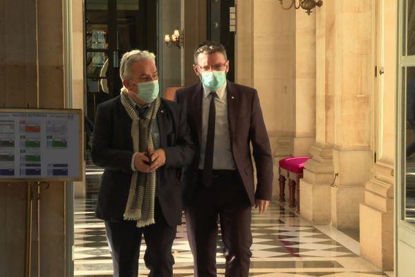 Le député héraultais Christophe Euzet (à droite sur la photo) sortant de la séance de l'Assemblée Nationale où sa proposition de loi contre la discrimination à l'accent a été largement adoptée en première lecture.