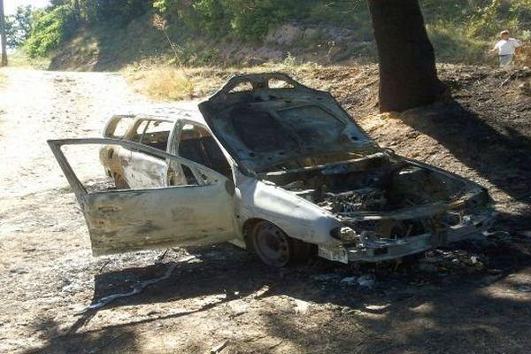 Castelreng (Aude) - la voiture de la mère de famille disparue dans la Haute-Vallée de l'Aude a été retrouvée incendiée - 2 septembre 2013.