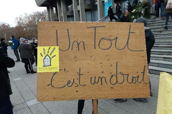 Un rassemblement de personnes mal-logées était organisé par le DAL 38 jeudi 17 décembre 2020 devant la mairie de Grenoble.