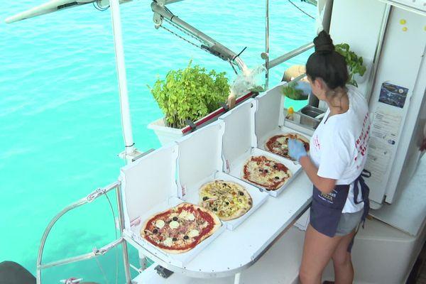200 pizzas sont fabriquées dans la cuisine du catamaran tous les jours pendant l'été.