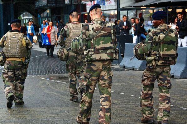 En raison de l'état d'urgence, la sécurité est renforcée dans les lieux publics
